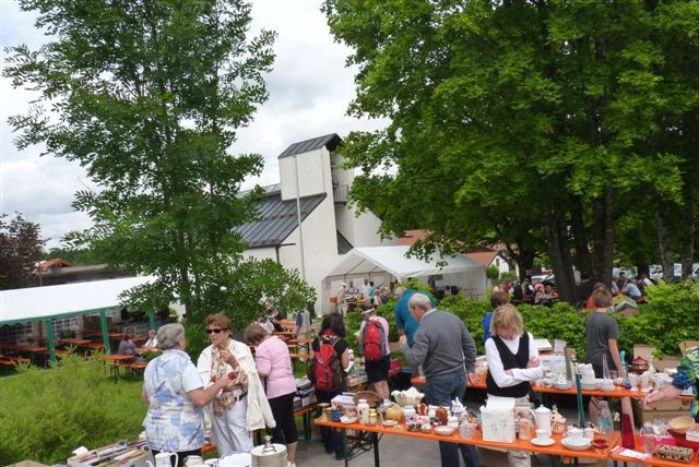 Flohmarkt mit Festzelt im Hintergrund